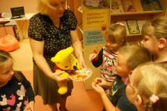 Karupoeg Puhhi 93.ndal sünnipäeval lasteraamatukogus